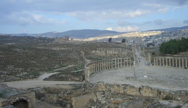 Blick vom Jupitertempel über das ovale Forum von Jerasch